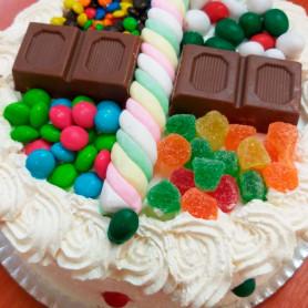 Torta especial decorada con golosinas